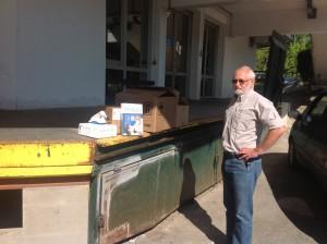 Gerhard Zauner übergibt die Materialien